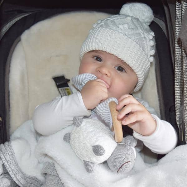 Baby-with-sheep-teether-grande