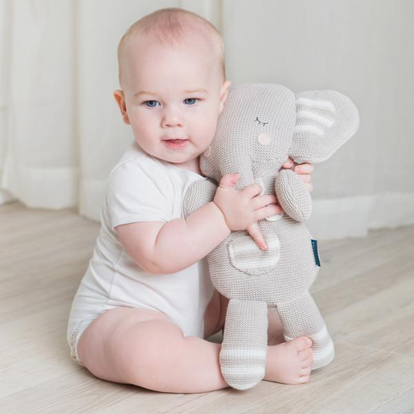 Baby-with-theodore-the-elephant-web-grande